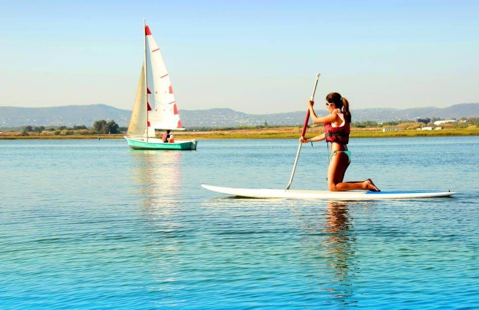 stand-up-paddle-paranoa-mulher-lago-ferias