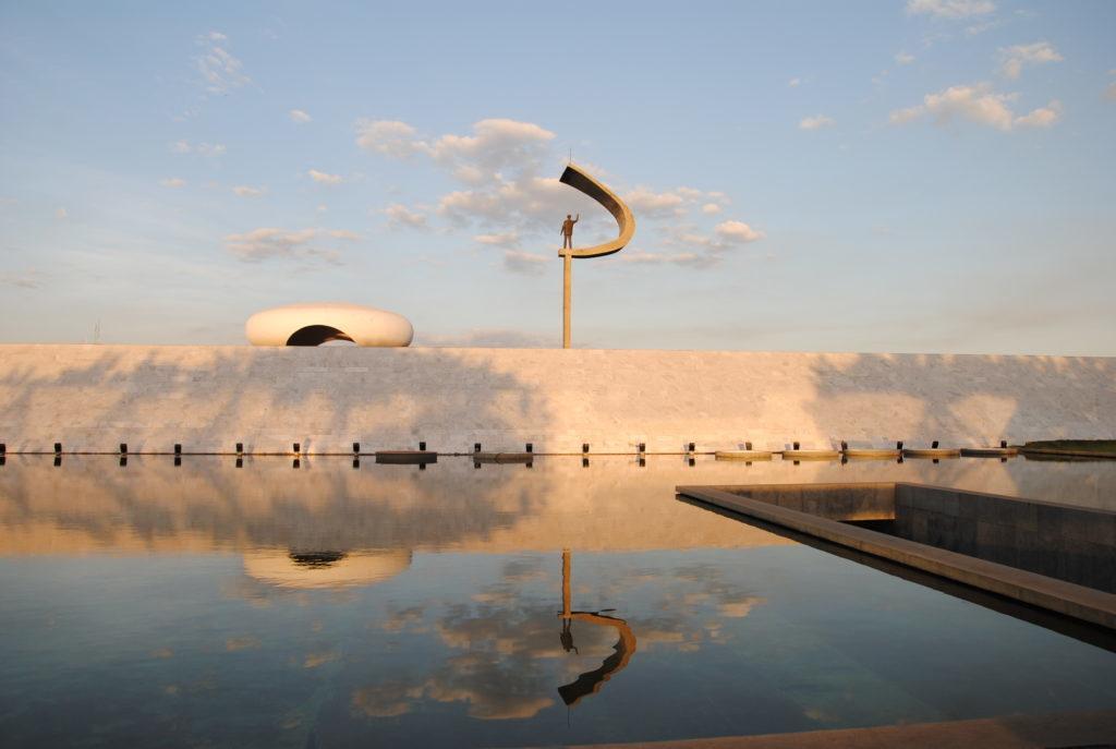 Espelho d´água carrega o Memorial JK