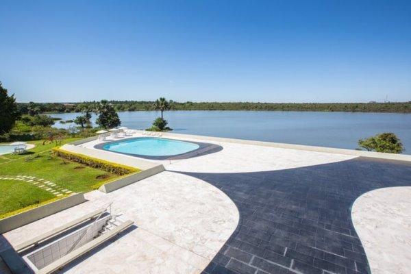 Piscina, jardim e Lagoa do Jaburu