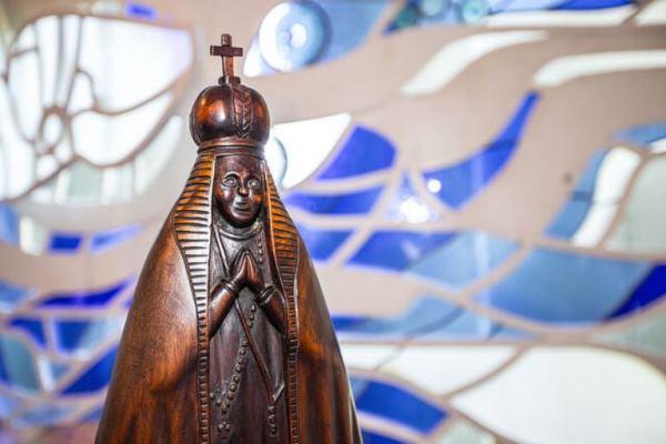 Vitrais coloridos e imagem de Nossa Senhora Aparecida da Capela do Palácio do Jaburu