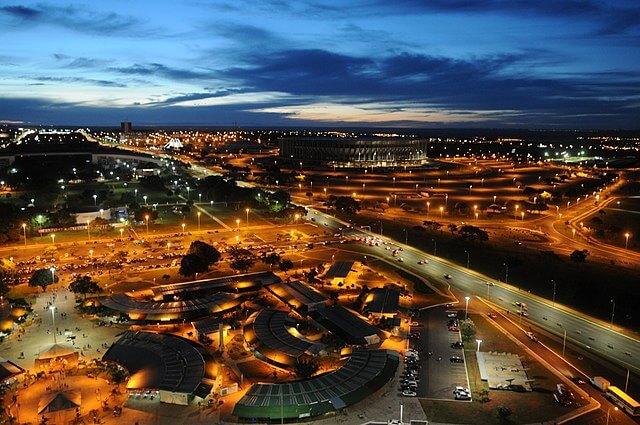 Vista do mirante da Torre de TV, a Feira da Torre e o Estádio Mané Garrincha